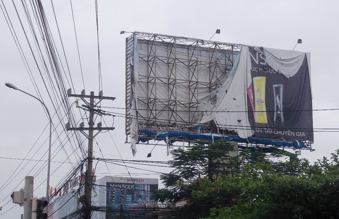 Nhiều biển quảng cáo lớn bị gió đánh tơi tả