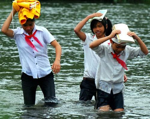 Học sinh làng đu dây sẽ qua sông miễn phí