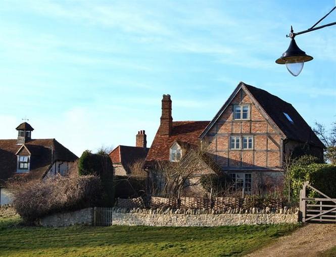Ngôi làng có những căn nhà xinh xắn mang đậm chất Châu Âu.