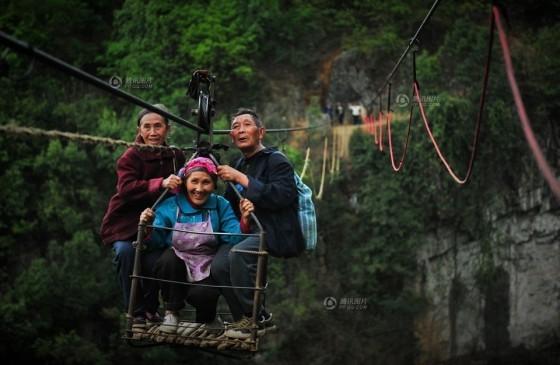 Đứng tim cảnh người dân 'đu' qua hẻm núi - ảnh 4