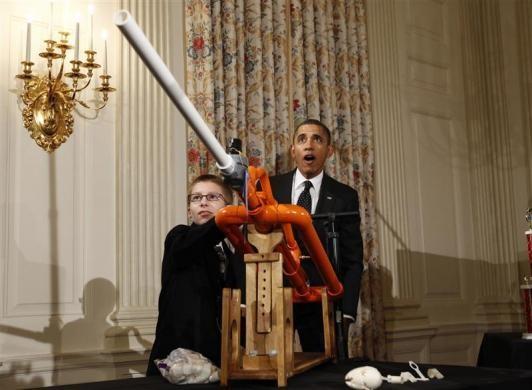 Tổng thống Obama ngạc nhiên trước việc một cậu bé Joey Hudy thực hiện một thử nghiệm khoa học trong Hội chơ Khoa học lần thứ hai diễn ra tại Washington. Ảnh: Reuters