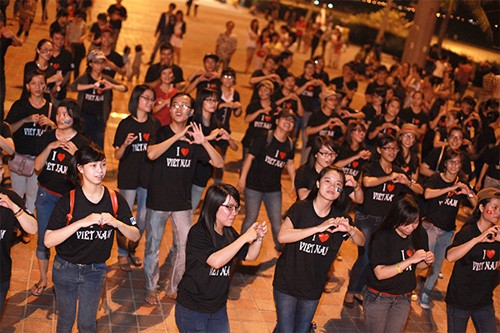 Màn nhảy flashmob của các tình nguyện viên Giờ Trái đất ở Đà Nẵng.