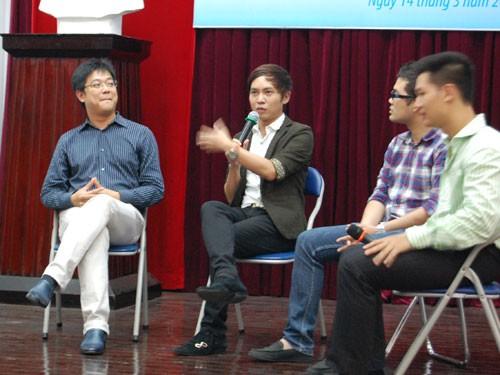 Tiến sĩ Phạm Quốc Lộc, thạc sĩ Nguyễn Hoàng Khắc Hiếu, ông Trần Ngọc Thái Sơn             (Giám đốc điều hành Tiki.vn), ca sĩ Đức Tuấn (từ trái qua) trò chuyện với sinh viên