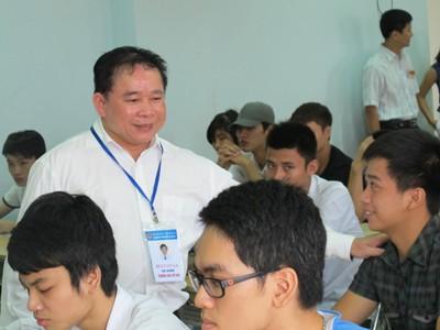 Thứ trưởng Bùi Văn Ga kiểm tra thi tại Trường ĐHDL Thăng Long. Ảnh: HT