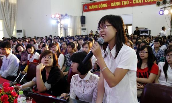 Nhiều câu hỏi được sinh viên đặt cho các vị khách mời