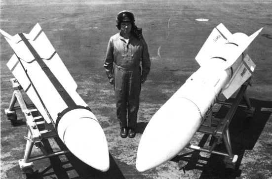 Mẫu đạn tên lửa đối không tầm xa phát triển cho USAF XAIM-47A (trái) và mẫu đạn tên lửa đối không tầm xa XAIM-54A (phải) phát triển cho máy bay tiêm kích USN từ XAIM-47A (Photo of Hughes)