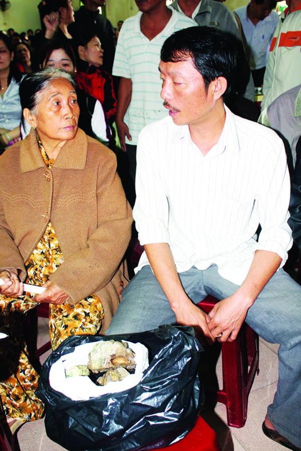 Ông Thắng và người thân bên số tiền bị cháy Ảnh: Phú Đức