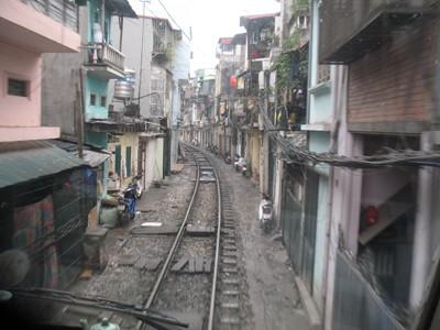 Từ đầu máy xe lửa nhìn xuống đoạn song song đường Lê Duẩn (Hà Nội)