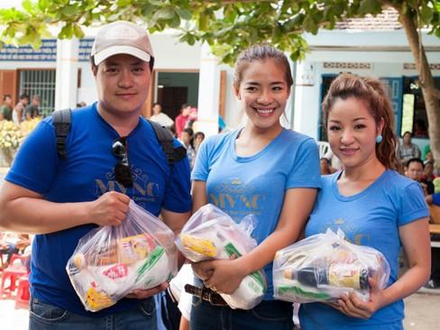 Hà Kiều Anh, Thúy Nga đi từ thiện xuyên Việt - ảnh 4