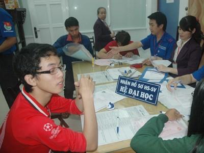 Thí sinh nộp hồ sơ xét tuyển vào Trường ĐH Quốc tế Hồng Bàng, Trường ĐH NCL này nhận hồ sơ đến 30-11. Ảnh: Quang Phương