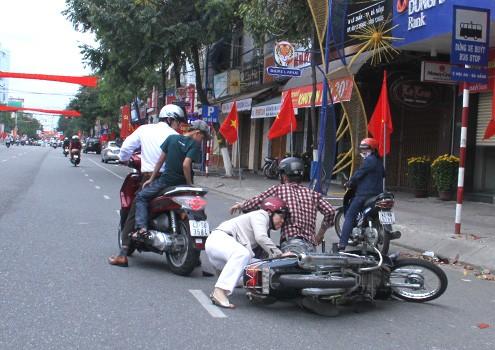 Một vụ tai nạn giao thông do nhóm thanh niên không đội mũ bảo hiểm lạng lách, đánh võng gây ra. Đà Nẵng là địa phương đầu tiên bán mũ bảo hiểm giá rẻ với giá 50.000 đồng nhằm khuyến khích người dân chấp hành luật lệ giao thông