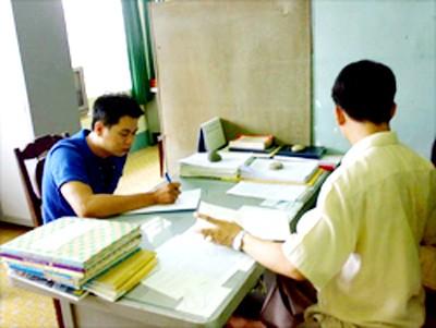 Nghi can Nguyễn Thiên Kim đang ghi lời khai tại Cơ quan điều tra Công an Đồng Nai - H.Tuấn