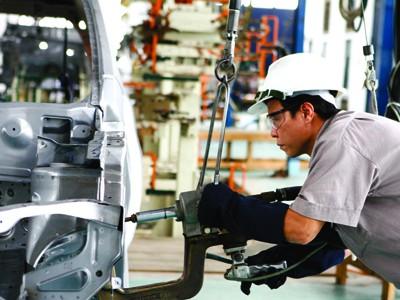 Một số chuyên gia cho rằng, cần phải hạ nhanh lãi suất cho vay để giải quyết khó khăn cho DN, đảm bảo việc làm cho người lao động( trong ảnh công nhân làm việc tại nhà máy ô tô ở Hà Nội). Ảnh: Hồng Vĩnh