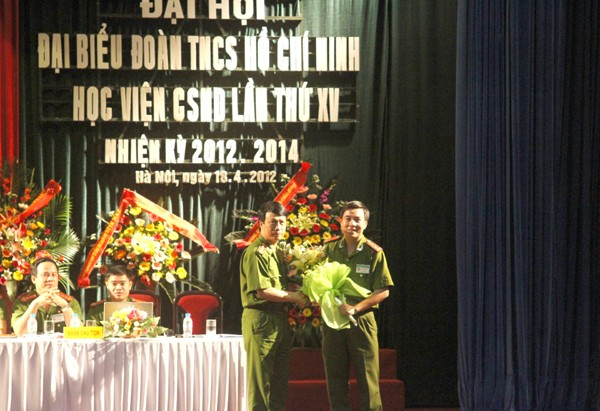 Tân Bí thư Đoàn Học viện Cảnh sát Nhân dân Vũ Văn Ninh (trái) nhận hoa chúc mừng tại đại hội