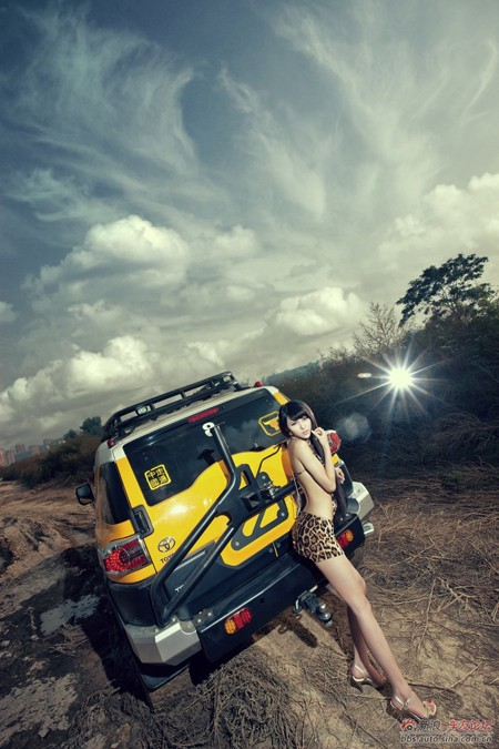 Bikini 'hổ báo' quyến rũ bên xe - ảnh 12