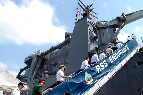 Ngay sau lễ đón, các đại biểu được mời lên thăm quan tàu