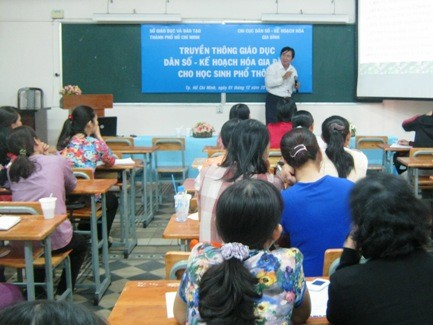 Nhiều GV còn e ngại trong việc GDGT cho HS. Trong ảnh: GV tại TPHCM tham gia tập huấn giáo dục về kiến thức sinh sản, kế hoạch hóa gia đình cho HS