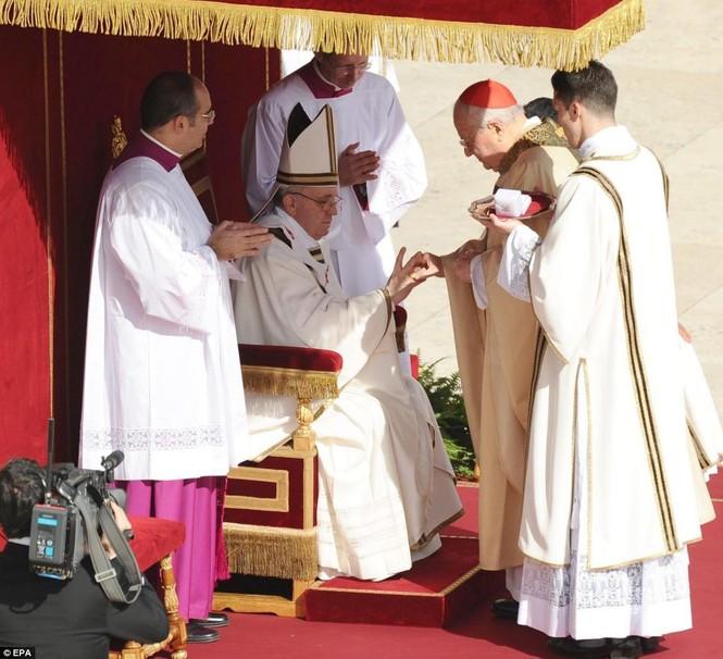 Chiếc nhẫn Ngư phủ được đeo vào tay của Giáo hoàng Francis