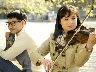 Ngoài phim ảnh, Vi Cầm là nghệ sĩ chơi violin trong dàn nhạc của Nhà hát Nhạc Vũ Kịch VN