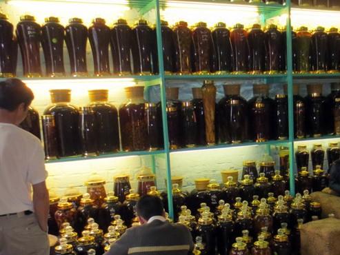 Hàng ngàn chai rượu ngâm cây anh túc được trưng bày tại cơ sở Thúy Gấu. Ảnh: Bách Sơn