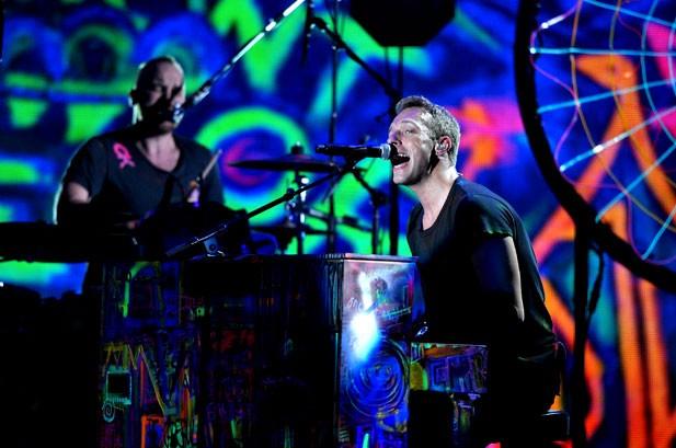 Nhóm Coldplay trình diễn ca khúc