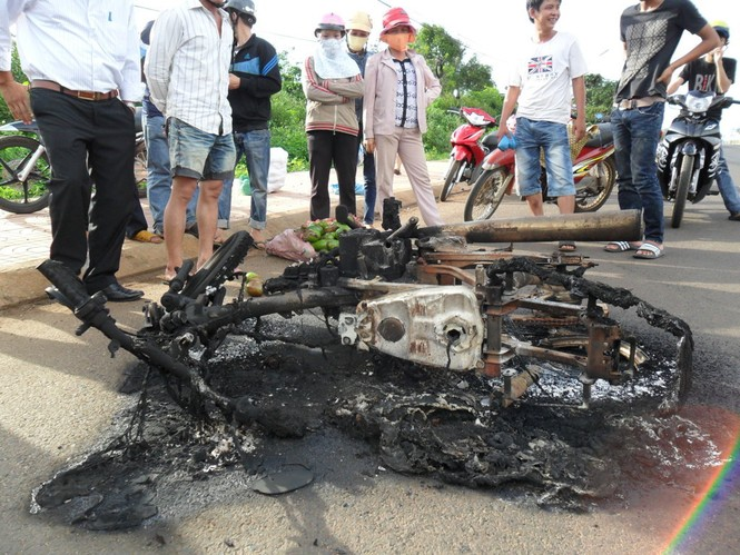 Chiếc xe bị bốc cháy hoàn toàn