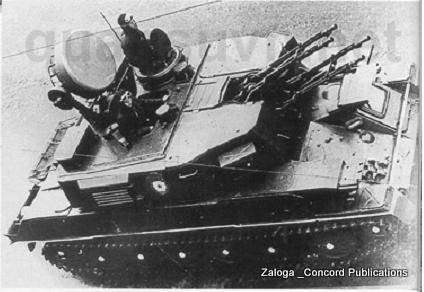 1 góc nhìn từ nhìn cao khá thú vị của ZSU-23-4 mẫu 1965 . Nó cho thấy miếng che ống thông hơi làm mát hướng về phía sau của tháp pháo . 1 điểm khác biệt nữa của những chiếc Shilka đầu tiên và những chiếc phổ biến hơn sau này là hình dáng của vị trí lái và cửa ra của lái xe