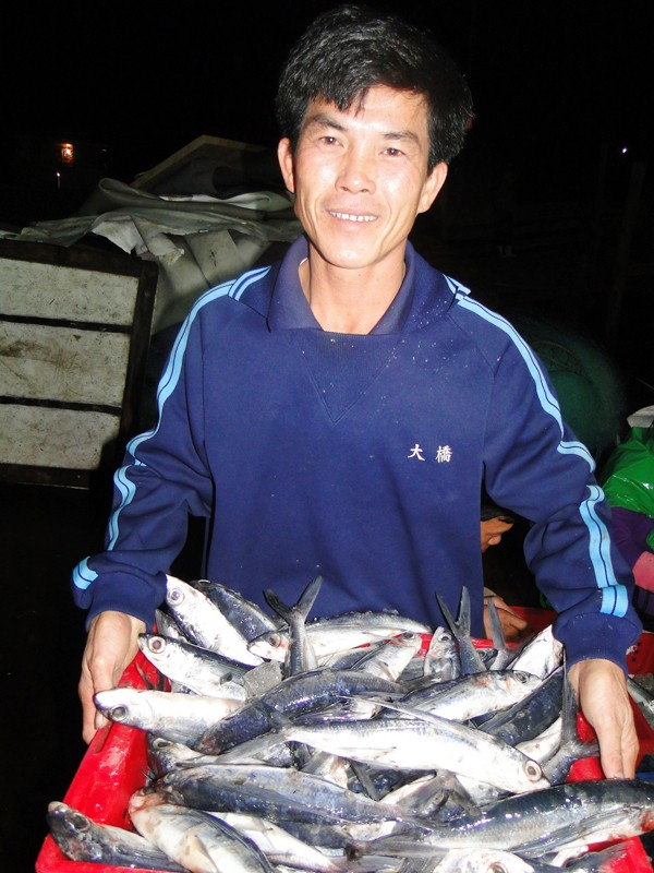 Thuyền trưởng Can cười tươi với rổ cá chuồn Hoàng Sa