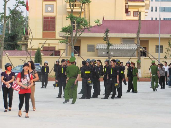 Rất đông công an đến bảo vệ phiên toà