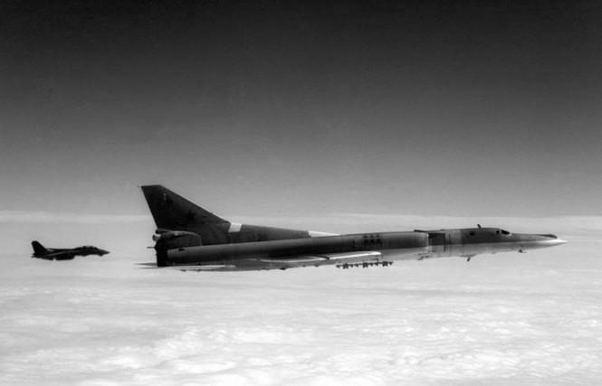 Máy bay tiêm kích phòng thủ hạm đội F-14A Tomcat không rõ đơn vị biên chế đang áp tải máy bay tấn công đường biển tầm trung Tu-22M của Hải quân Liên xô ra khỏi khu vực triển khai CVBG (ảnh sưu tầm)