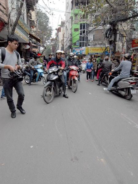Người phụ nữ bị chiếc xe đẩy đi chừng 5 mét mới dừng lại