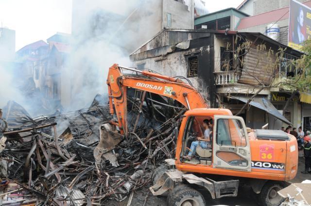 Nhà năm tầng thành đống đổ nát vì hỏa hoạn - ảnh 3