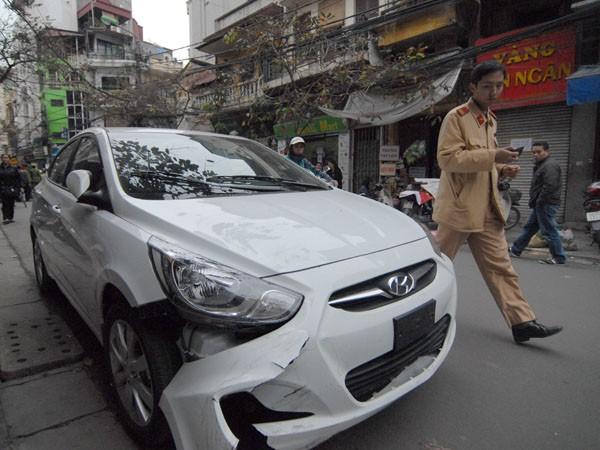 Đầu của chiếc xe Hyundai sau vụ tai nạn