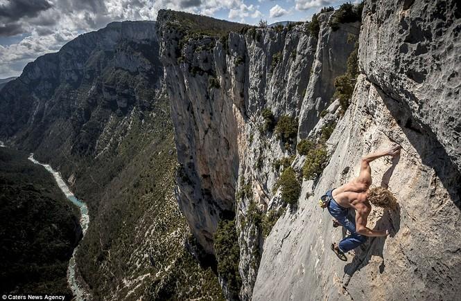 Đừng nhìn xuống! Mich đang leo núi ở độ cao hơn 150m.