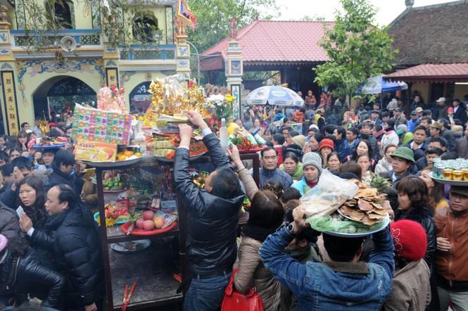 Nhiều người quyết định dâng lễ lên Bà Chúa Kho ngay từ khu vực ngoài sảnh vì quá đông đúc