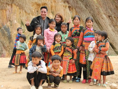 Anh Cao Việt Anh và các em học sinh Háng Đồng.             Ảnh: Cẩm Ky