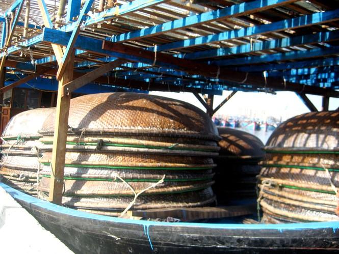 Trên tàu có 35 thúng câu, mỗi thúng nặng 150kg