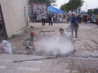 Chiếc xe được các công nhân làm việc ở Keangnam dùng bình cứu hỏa chữa cháy nhưng không thành