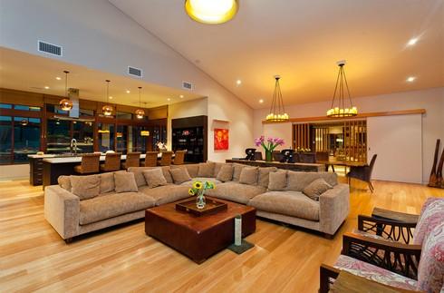 Ngôi nhà gồm 4 khu vực. Gian sinh hoạt gồm bếp, lò sửa bằng đá, và trần cao hơn 9,1m. Những vách kính đều được đặt trong khung gỗ