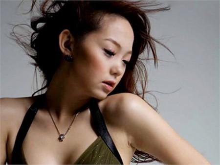 Ca sĩ Minh Hằng người từng bị chỉ trích vì sự cố quần ren năm 2011