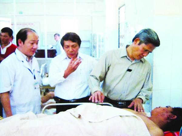 Thăm hỏi bệnh nhân cấp cứu tại bệnh viện