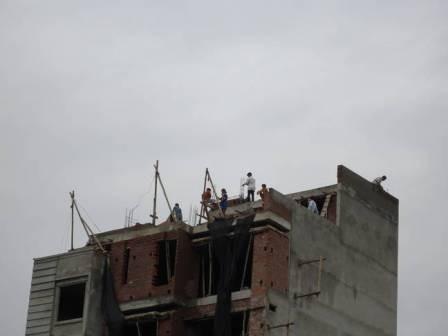 Nguy hiểm luôn rình rập những công nhân xây dựng