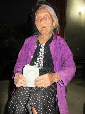 Cụ Miện (96 tuổi) và tấm ảnh con gái Nguyễn Thị Hoài