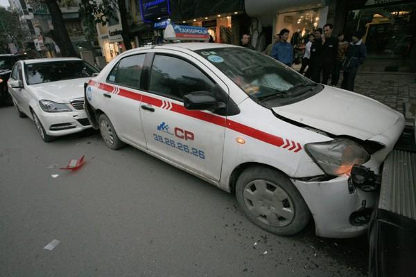 Ba ô tô đâm nhau trên phố - ảnh 6
