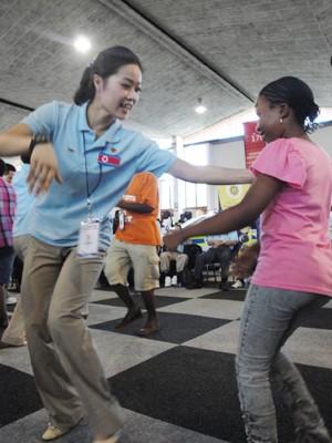 Dạy nhảy cho em bé Nam Phi