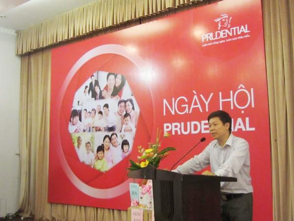 Phó Tổng Biên tập Báo Tiền Phong Trần Thanh Lâm phát biểu tại lễ trao học bổng
