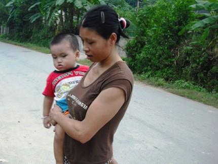 Chị Nhung vui vẻ bên đứa con trai