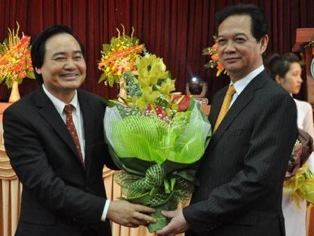 tướng Nguyễn Tấn Dũng tặng hoa chúc mừng GĐ mới của ĐHQG Hà Nôi - PGS.TS Phùng Xuân Nhạ