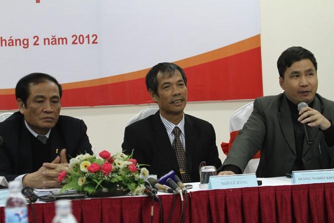 ông Ngô Lê Bằng (ngồi giữa) được biết tới như một người hiền lành và thân thiện