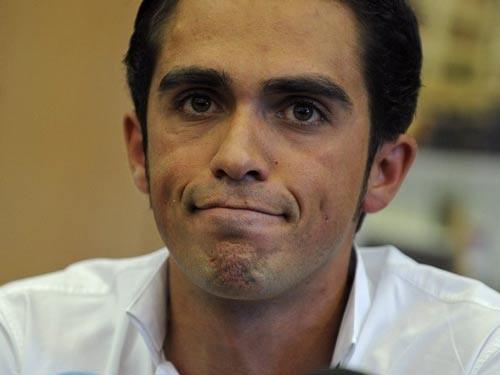 Tay đua Contador trả lời báo chí sau khi nghi án doping xuất hiện. Ảnh: Getty Images